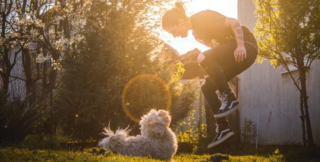 kvinde hopper foran hund